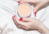 Морская соль для ванны с молочной пудрой и золотым шиммером увлажняет и защищает, а масло иланг-иланга тонизирует и является лучшим афродизиаком.