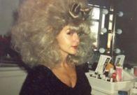 «Два месяца я каждый день меняла парики травести-труппы. На фото — я в одном из них,  а рядом стоит корзина средств для лечебного ухода Элиса Купера».